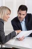 Equipo del negocio o traje y cliente acertados en una reunión Foto de archivo