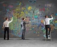 Equipo del negocio que dibuja un nuevo proyecto Imagen de archivo libre de regalías