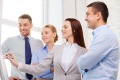 Equipo del negocio que discute algo en oficina Imagen de archivo libre de regalías