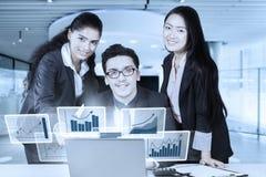 Equipo del negocio que discute el informe de las finanzas imagen de archivo