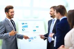 Equipo del negocio que discute la adquisición en la reunión Foto de archivo libre de regalías