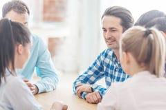 Equipo del negocio que habla en la mesa de reuniones Imagen de archivo