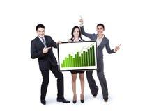 Equipo del negocio que lleva a cabo el gráfico del crecimiento Imagenes de archivo