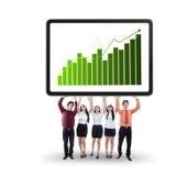 Equipo del negocio que muestra el gráfico del crecimiento Imagenes de archivo