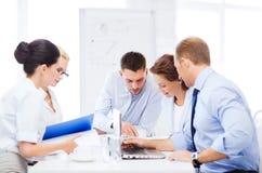Equipo del negocio que tiene reunión en oficina Imagen de archivo libre de regalías