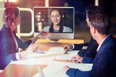 Equipo del negocio que tiene videoconferencia Imagenes de archivo