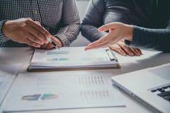 Equipo del negocio que trabaja con finanzas y el gráfico de los documentos en s abierto Imagen de archivo libre de regalías