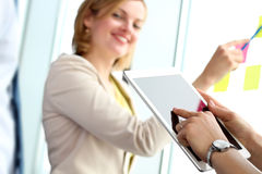 Equipo del negocio que trabaja con la tableta y las etiquetas engomadas digitales adentro apagado Imagen de archivo libre de regalías