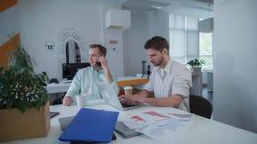 Equipo del negocio que trabaja en la oficina moderna del espacio abierto imágenes de archivo libres de regalías