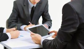 Equipo del negocio usando la tableta a trabajar Foto de archivo