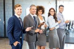 Equipo del negocio usando su teléfono móvil Foto de archivo