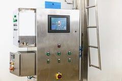 Equipo del panel de control en industria farmacéutica Foto de archivo libre de regalías