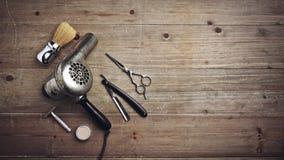 Equipo del peluquero del vintage en el escritorio de madera con el lugar para el texto Fotografía de archivo libre de regalías