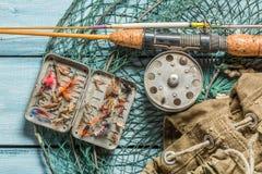 Equipo del pescador con la red, las barras y los flotadores Imagen de archivo