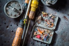 Equipo del pescador del vintage con la caña de pescar y señuelos Imágenes de archivo libres de regalías