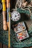 Equipo del pescador del vintage con las moscas, los flotadores y las barras Fotos de archivo