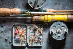 Equipo del pescador del vintage con las moscas y las barras de la pesca Imágenes de archivo libres de regalías