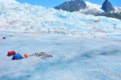 Equipo del senderismo en el glaciar de Mendenhall en Juneau Alaska Imágenes de archivo libres de regalías