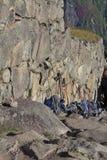 Equipo del senderismo en la montaña Imagenes de archivo