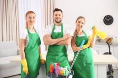 Equipo del servicio de la limpieza en el trabajo en cocina Fotografía de archivo libre de regalías