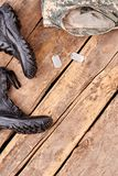 Equipo del soldado con los accesorios en la tabla de madera Foto de archivo