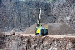 Equipo del taladro en una mina del cielo abierto imagenes de archivo