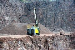 Equipo del taladro en una mina del cielo abierto Imagen de archivo libre de regalías