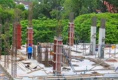 Equipo del trabajador de la construcción que trabaja en el anuncio publicitario constructivo de la tierra alta en lugar de trabaj fotos de archivo libres de regalías