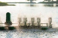 Equipo del tratamiento de aguas, turbinas del agua con las paletas plásticas Foto de archivo