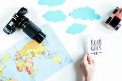 Equipo del turismo de los niños con el mapa y cámara en el fondo blanco Imagen de archivo