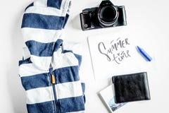 Equipo del turismo de los niños con ropa y cámara en el backgro blanco Fotos de archivo libres de regalías