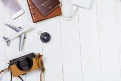 Equipo del viaje de las vacaciones en de madera blanco Fotografía de archivo libre de regalías