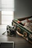 Equipo del viaje del vintage en la tabla Imagen de archivo libre de regalías