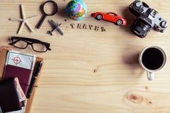 Equipo del viajero con la taza de café en fondo de madera Imagenes de archivo