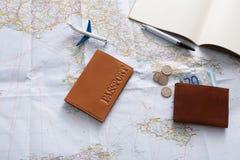 Equipo del viajero en la opinión superior del fondo del mapa Imagen de archivo