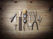Equipo del vintage de la peluquería de caballeros en el fondo de madera Imagen de archivo libre de regalías