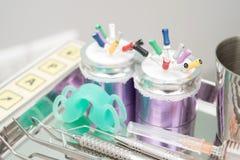 Equipo dental de la clínica en la placa de metal Imágenes de archivo libres de regalías