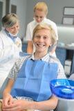 Equipo dental en el paciente del adolescente de la clínica de la estomatología Fotografía de archivo libre de regalías