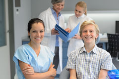 Equipo dental en la clínica de la estomatología con el adolescente Foto de archivo