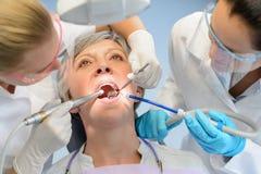 Equipo dental paciente del dentista del control de la mujer mayor fotografía de archivo libre de regalías