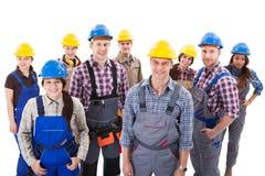 Equipo diverso confiado de trabajadores y de mujeres