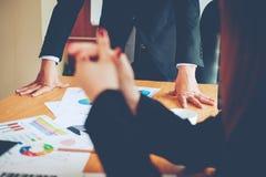 Equipo Doing Business del trabajo en equipo como unidad de las reuniones de Team Corporate imágenes de archivo libres de regalías