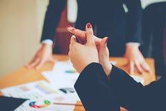 Equipo Doing Business del trabajo en equipo como unidad de las reuniones de Team Corporate imagenes de archivo