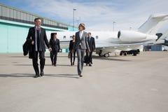 Equipo ejecutivo del negocio que deja el jet corporativo Imagen de archivo libre de regalías