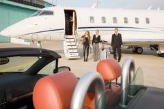 Equipo ejecutivo del negocio que deja el jet corporativo Imagen de archivo