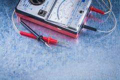 Equipo eléctrico de la medida en surfac metálico rasguñado imagen de archivo