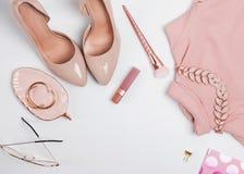 Equipo en beige y pálido - colores rosados, visión superior imagen de archivo