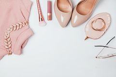 Equipo en beige y pálido - colores rosados, visión superior fotografía de archivo