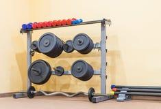Equipo en gimnasio imagen de archivo libre de regalías