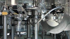 Equipo en la fábrica de la leche almacen de video